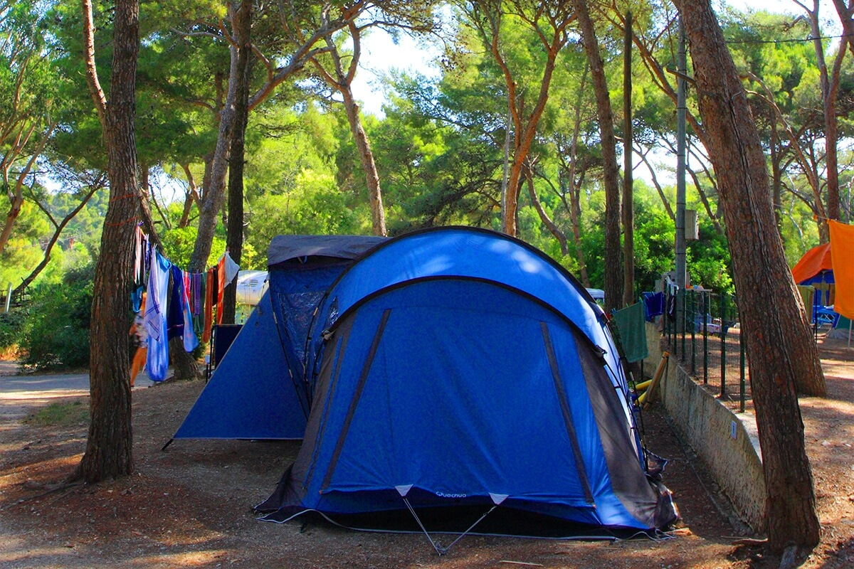 camping hy res emplacements de tente de caravane de camping car. Black Bedroom Furniture Sets. Home Design Ideas